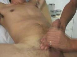 Doutor masturbando o novinho.