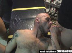 Suruba no salão de tatuagens.