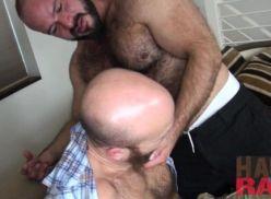 Coroa gay mostrando sua experiencia.