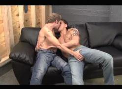 Sarados gays transando no sofá.