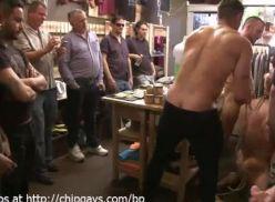 Gays fazendo uma suruba boa.