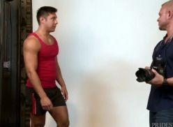 Modelo Sarado dando pro fotografo.