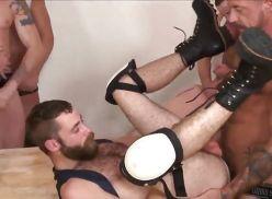 Coroas sarado fazendo uma suruba gay.