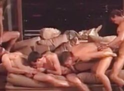 Suruba gay no sofá.
