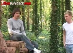 Gays transando no jardim.