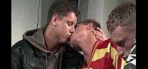 Três amigos safados de beijando