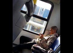 Novinho de pau duro no ônibus