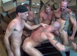 Homens sarados fazendo suruba