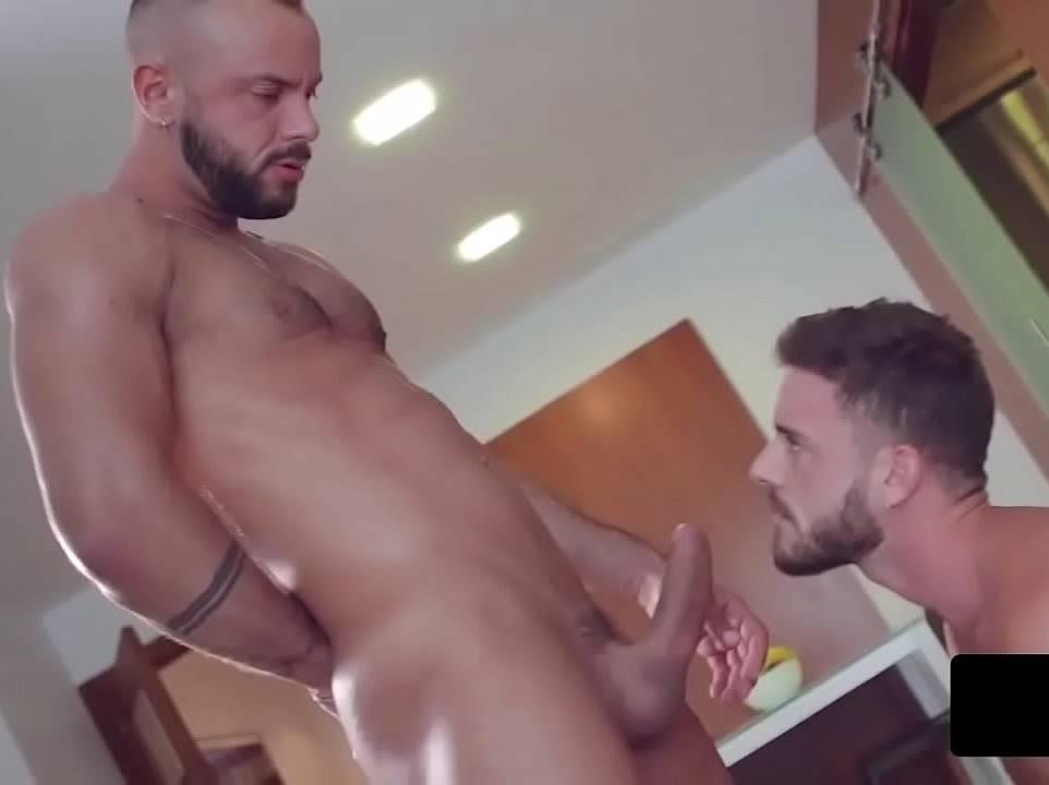 Homem comendo homem