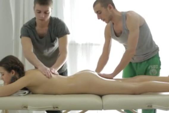 video relacionado Hermosa chica recibe un rico doble masaje