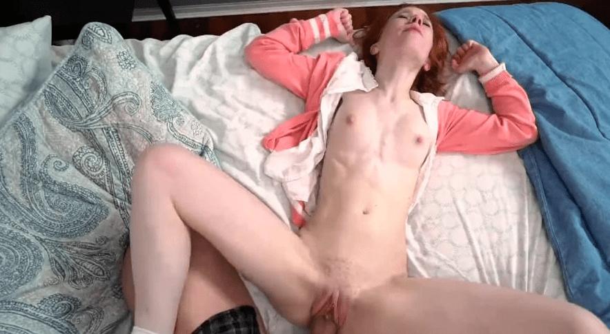video relacionado Dolly Little pelirroja tiene el coño caliente