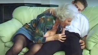 Geile blonde oma, grote borsten, heeft sex met haar schoonzoon