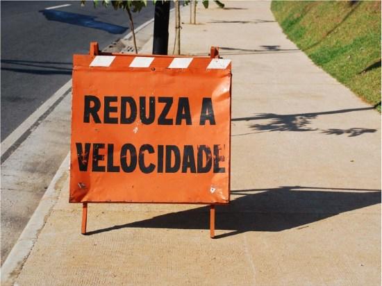 Reduza a velocidade - placa de sinalização