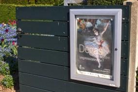 """devant le musée des impressionnismes, porte du jardin avec l'affiche de l'exposition """"Degas, un peintre impressionniste ?"""" - avril 2015"""