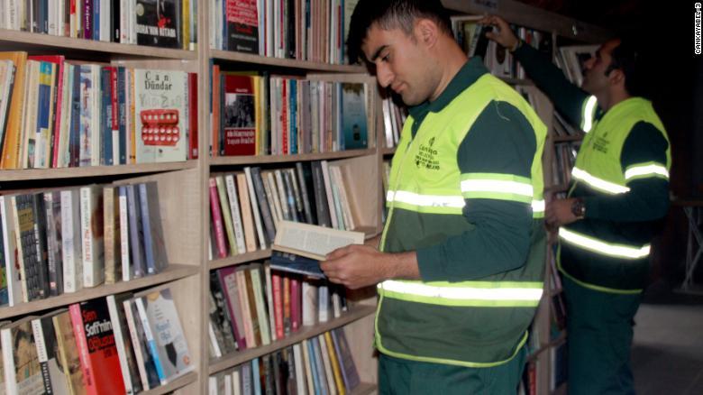 , Recolectores de basura crearon una biblioteca con miles de libros desechados