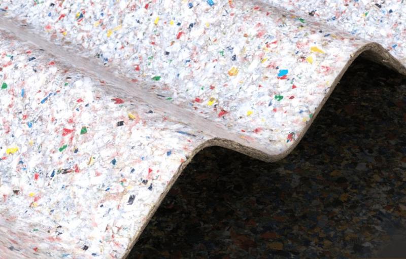 , Joven transforma plásticos no reciclables en techos más resistentes que el convencional