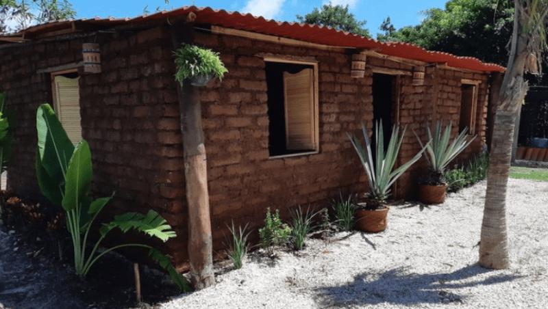 , Joven construye casas ecológicas y resistentes a huracanes con sargazo que llega a las playas
