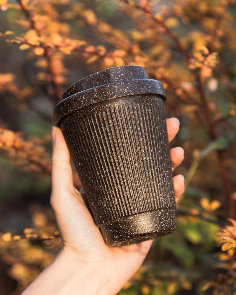 , Joven convierte desechos de café en tazas reusables y biodegradables para evitar los plásticos