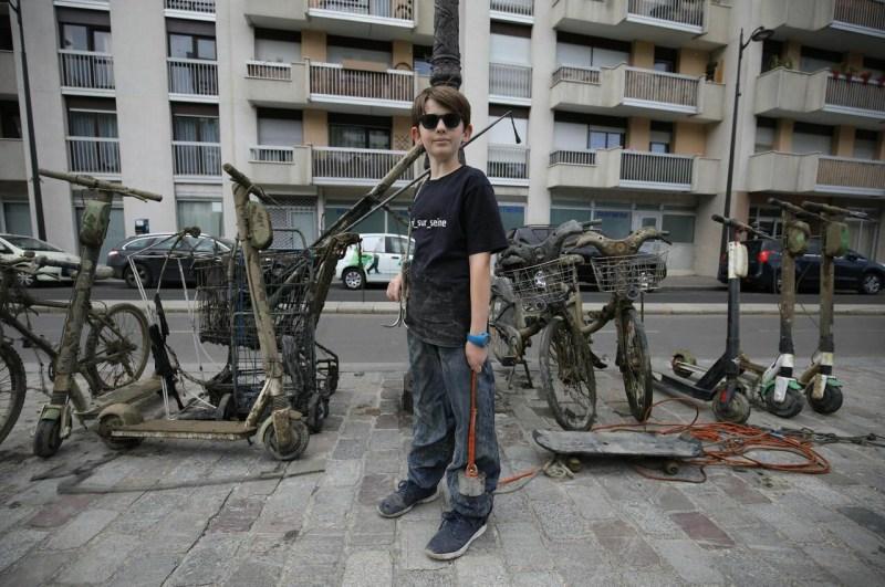""", Un héroe de 10 años ha """"pescado"""" con imanes más de 7 toneladas de basura del Río Sena"""