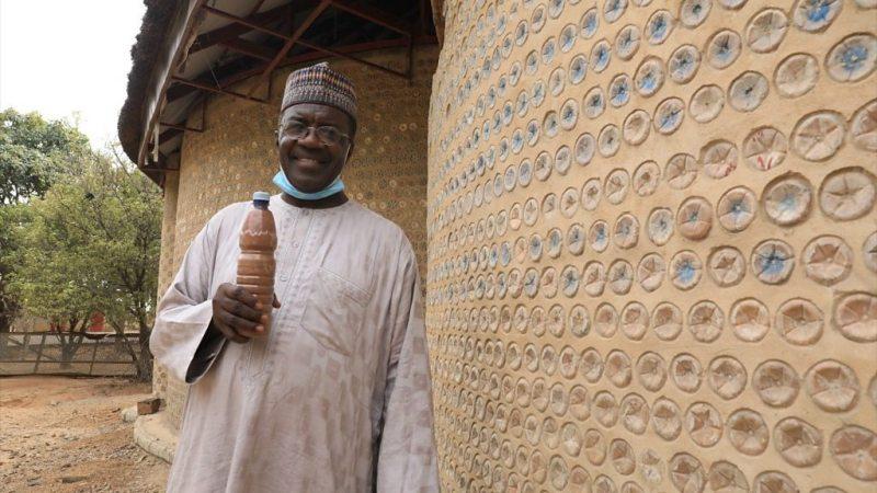 , En Nigeria construyen casas con botellas rellenas de tierra resistentes a terremotos y hasta balas