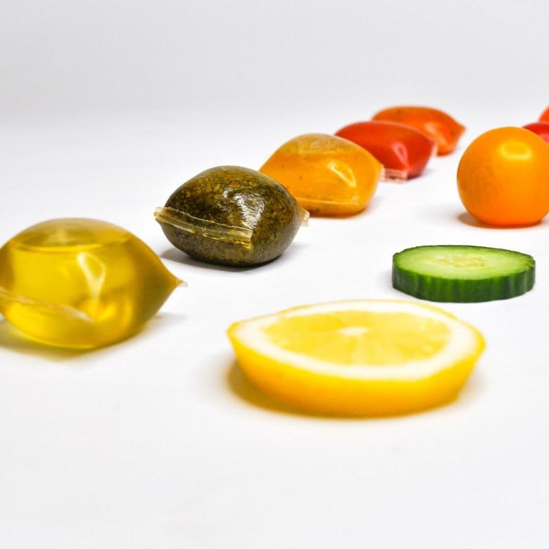 , Crean paquetes de salsa hechos de algas para reemplazar el plástico