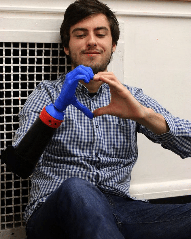 , Joven crea prótesis hechas con plástico reciclado para ayudar a personas necesitadas