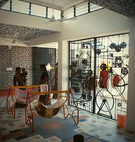 , Arquitecto en India recicla todo y construye centros para personas de bajos recursos