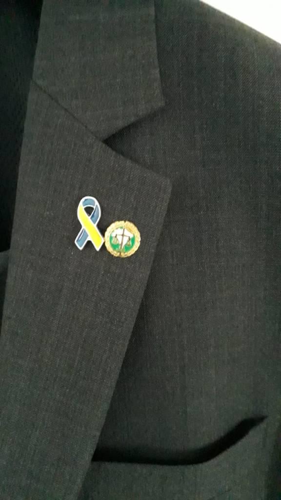 ADPEP presenteia com botons o Defensor Público Alexandre Bastos, ativista da luta por direitos das pessoas com T21