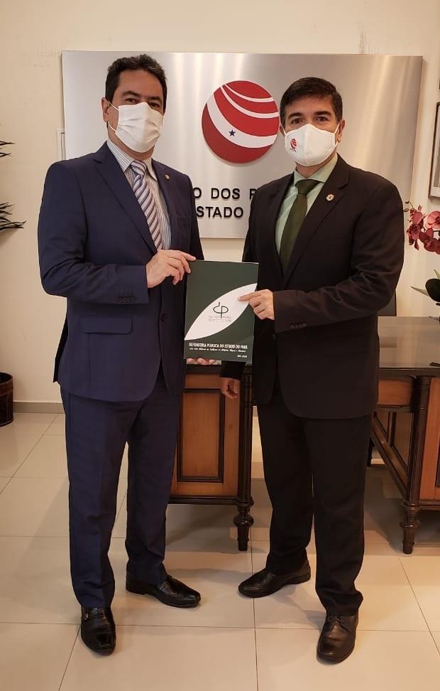 Presidente Marcus Vinicius Franco entrega publicação da ADPEP para os Presidentes da APEPA e do SindiFisco