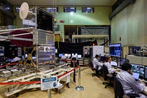Investigadores brasileños trabajando en el AMAZONIA-1