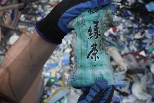 Un voluntario muestra basura con marca china