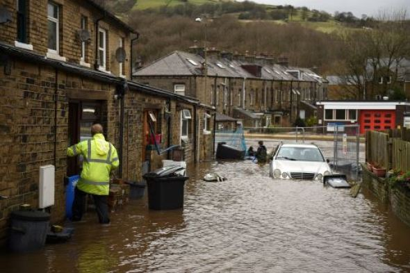 El agua de la inundación rodea las casas en Mytholmroyd, en el norte de Inglaterra, el 9 de febrero de 2020, después de que el río Calder se desbordara cuando la tormenta Ciara se extendió por el país.