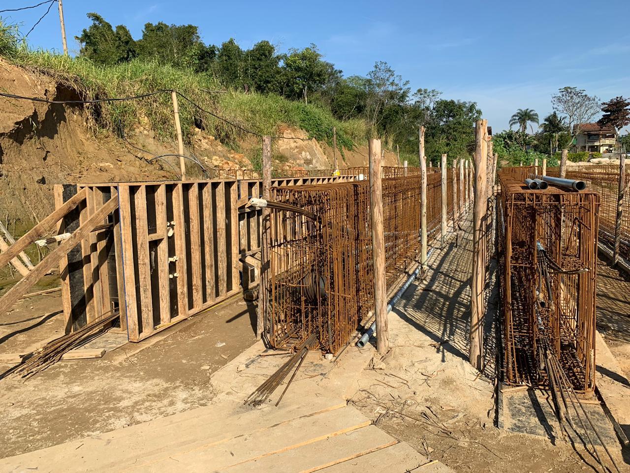 Ponte sobre o Rio Limeira: quatro das oito vigas já estão prontas