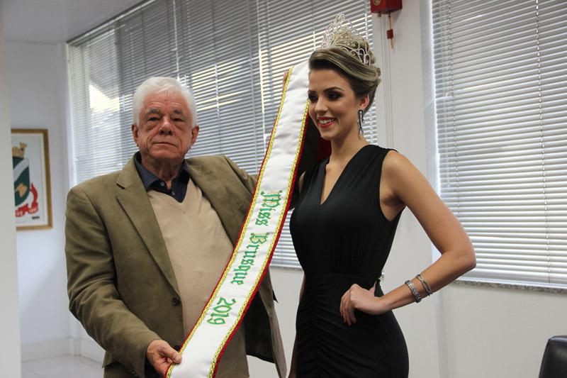 Prefeito Jonas Paegle entrega faixa a miss Brusque