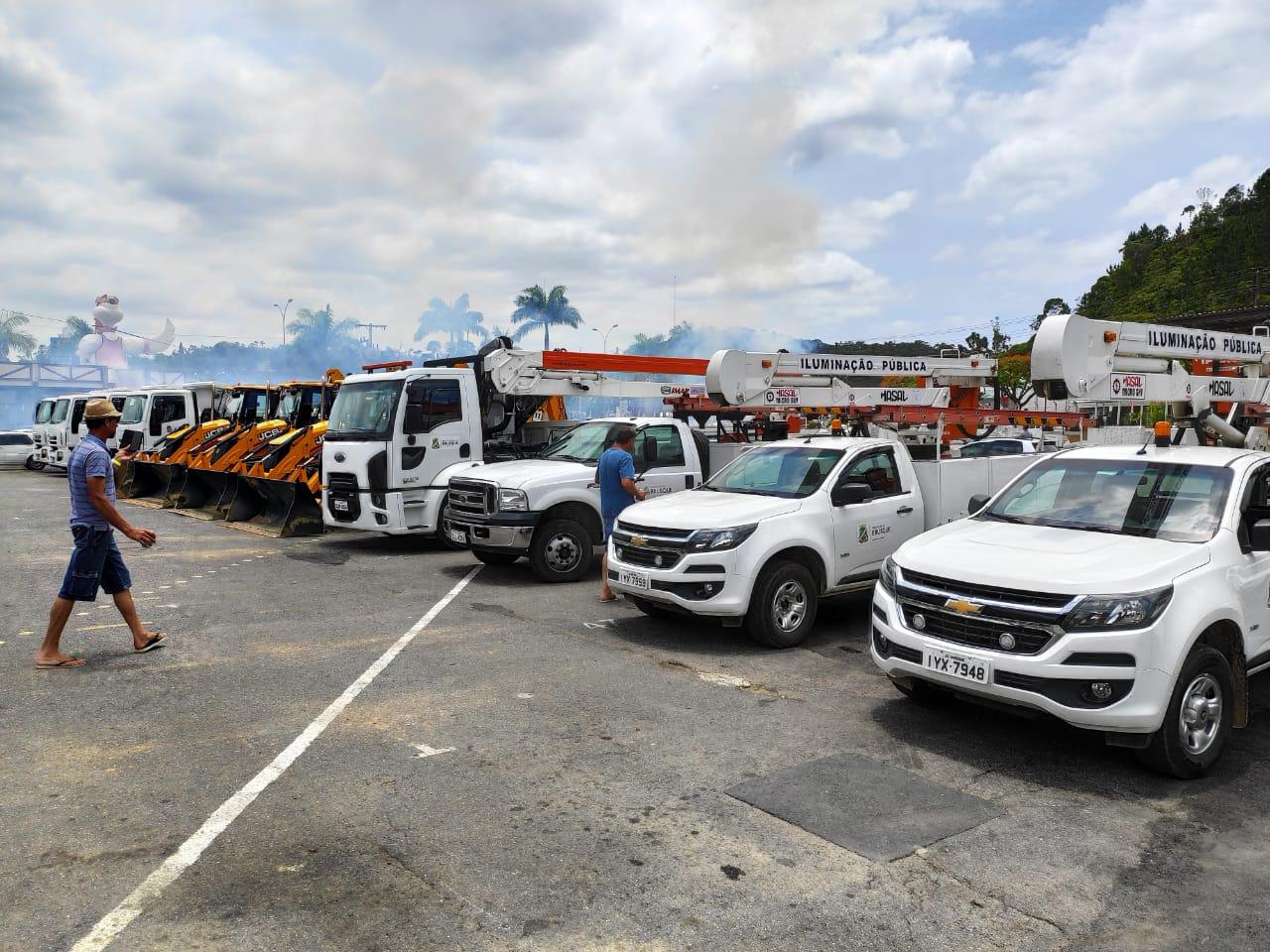 Prefeitura de Brusque entrega novos maquinários à Secretaria de Obras