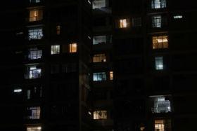 Prédio com várias luzes acesas