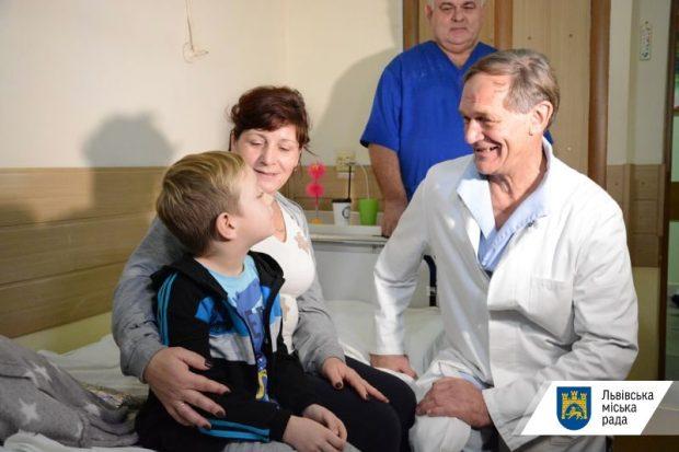Німецький пластичний хірург безкоштовно оперує дітей з усієї України у Львові