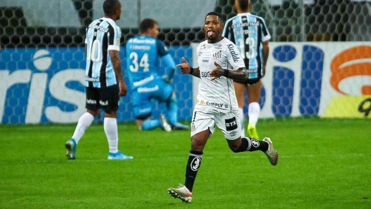 Marinho comemorando gol com a camisa do Santos na partida contra o Grêmio