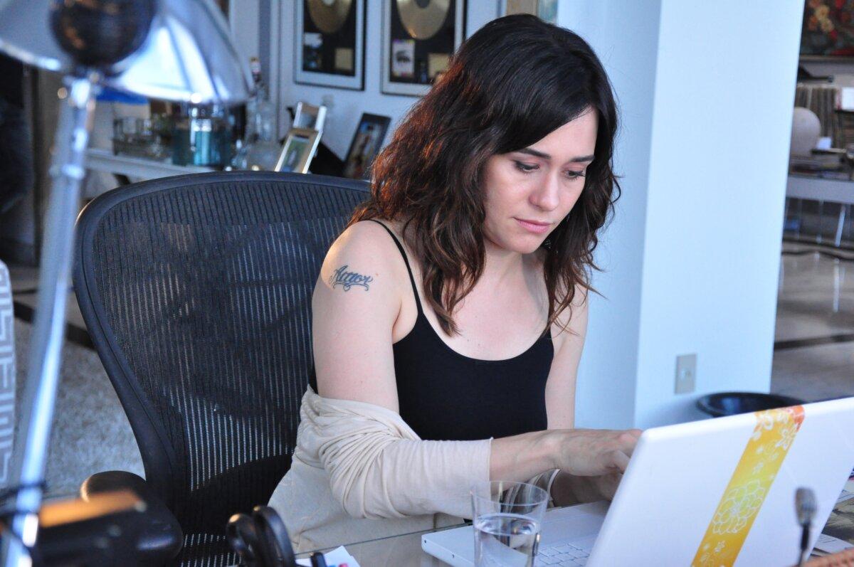 Barbara (Alessandra Negrini) digita uma reportagem no seu notebook em cena do especial Tal Pai, Tal Filho, que será reapresentado no canal Viva