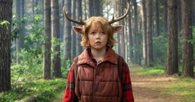 Christian Convery como Gus em foto de divulgação da série Sweet Tooth