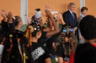 Apresentação de jovens para Bush teve capoeira e música brasileira