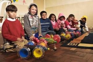 Longe do trabalho infantil, crianças se dedicam aos estudos e atividades lúdicas