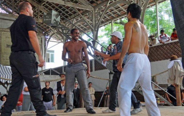 Lázaro Ramos grava cena de luta: capoeira x jiu-jítsu