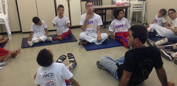 Portal Capoeira Jovens pacientes superam limites em aulas de capoeira inclusiva na AACD Capoeira sem Fronteiras