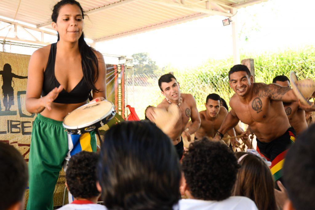Brasília - DF: Grupo leva capoeira a escolas públicas e fala sobre cultura negra Capoeira Portal Capoeira 1