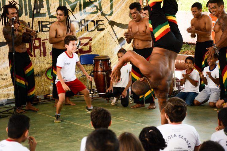 Portal Capoeira Brasília - DF: Grupo leva capoeira a escolas públicas e fala sobre cultura negra Capoeira Cidadania