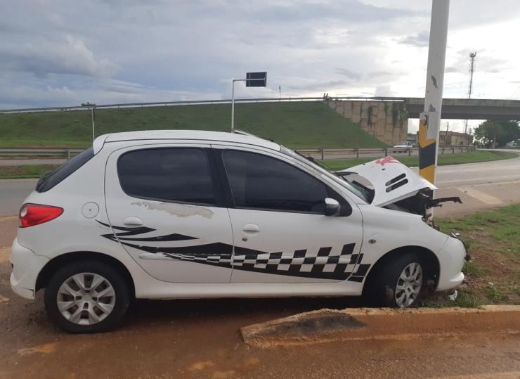 Motorista bêbado bate em placa de sinalização na BR-364