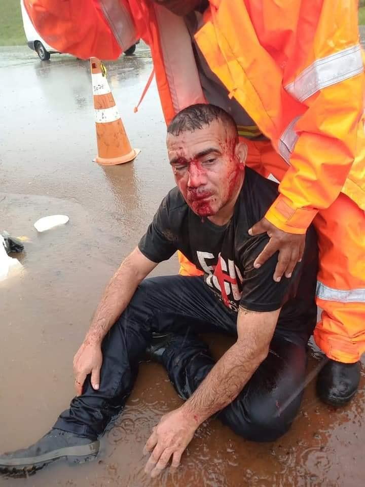 Ciclista cai dentro de buraco em rua alagada na Capital
