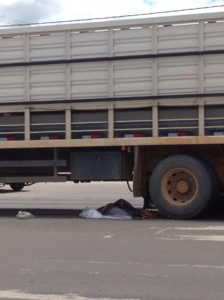 Idosa morre após ser atropelada por caminhão boiadeiro na BR-364
