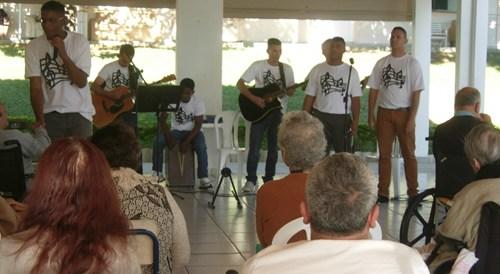 em-taubate-presos-levam-musica-a-idosos-asilados